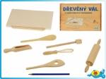 Dřevěný vál s kuchyňskými pomůckami a válečkem